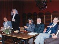 """Pirmųjų """"Varpų"""" premijos laureatų vakaras Šiauliuose 1995 m. birželio 22 d. Iš kairės: LRS pirmininkas Valentinas Sventickas, aktorė Virginija Kochanskytė, """"Varpų"""" laureatas poetas Sigitas Geda, pirmųjų """"Varpų"""" autorius poetas Kazys Bradūnas, """"Varpų"""" laureatas prozininkas Vytautas Martinkus, """"Varpų"""" vyriausiasis redaktorius Leonas Peleckis-Kaktavičius"""
