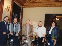 """2000 metų literatūrinės """"Varpų"""" premijos laureatai (antras iš kairės) Valdemaras Kukulas, Justinas Marcinkevičius, Jurgis Kunčinas su """"Varpų"""" redaktoriais Leonu Peleckiu-Kaktavičiumi (kairėje) ir Silvija Peleckiene."""