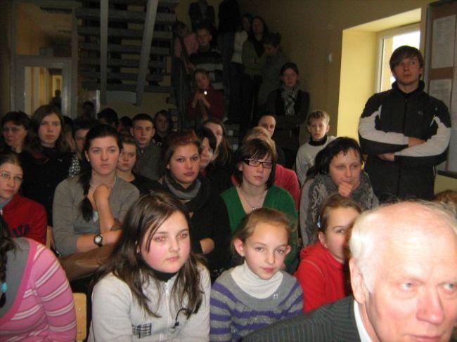 Mokiniai susidomėję klausosi svečių