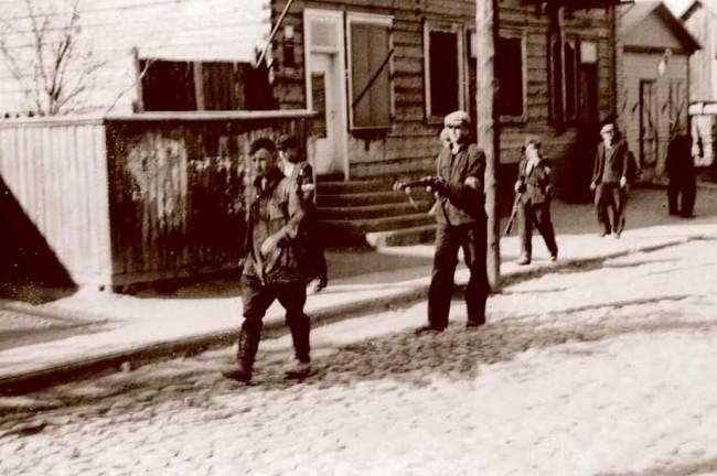 """Birželio sukilimas išsklaidė Kremliaus propagandos mitą, kad lietuvių darbininkai ir smulkieji ūkininkai """"mylėjo sovietų valdžią"""". LAF kovotojai, jauni Kauno darbininkai, veda suimtą Raudonosios armijos komisarą."""