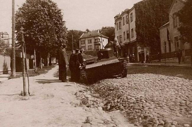 1941 m. birželio 26-oji. Sukilėliai Kaune apžiūri iš rusų atimtą karo grobį – lengvąjį tanką T-38.