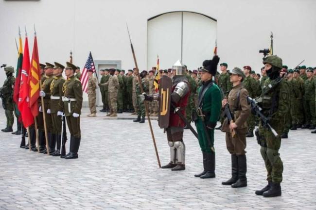 Per Žalgirio  mūšio minėjimus  plevėsuoja  daug įvairių vėliavų, be abejo,  ir kautynių laimėtojų raudonas audeklas su Gedimino stulpais.  Vokiečių ordino vėliavų nebūna.  KAM  nuotrauka