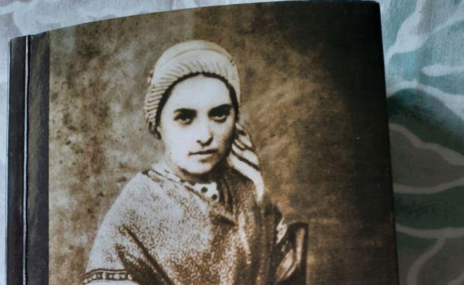 Giesmė Bernadetai, arba šventas yra jos tikėjimas, vadinamas naivumu